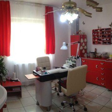 Interior salon cosmetică decorat modern alb cu roșu în spații de vânzare zona Miorița